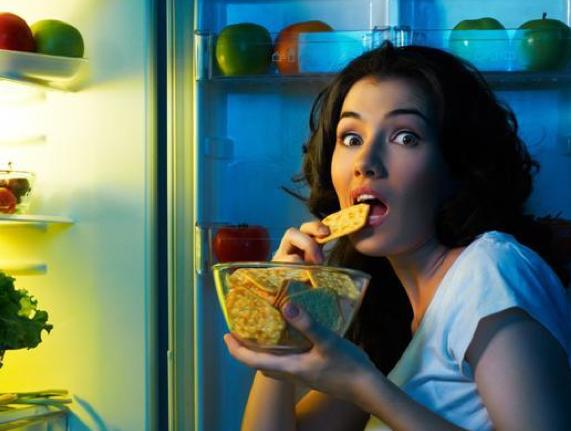 Troppi snack rendono acido il Ph della bocca, danneggiando lo smalto (foto Flickr)