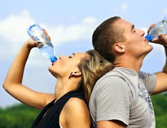 Bere acqua filtrata o dalla bottiglia disperde il floruro, che è un prezioso alleato dei denti (foto WordPress)